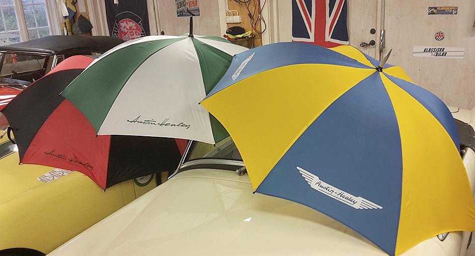 """Paraply """"golfmodell"""" grön/vit, svart/röd resp röd/vit: 250kr; blå/gul: 275kr,"""