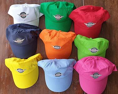 """Sommarkepsar! Den här sommaren behöver vi lite extra, extra färgglädje. Beställ gärna ett par extra kepsar att ge bort till vänner, barn och barnbarn. Bra kvalité, """"one size"""", fin klubblogga! 1 Old English white, 2 Pacific green, 3 Reno red, 4 Midnight blue, 5 Gulf orange, 6 Florida green, 7 Primrose yellow, 8 Healey blue, 9 Pink lady. Pris 105:-"""