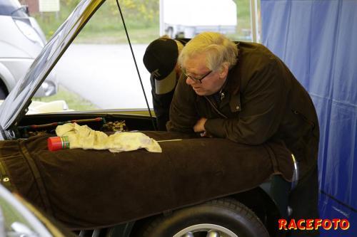 Claes med son byter kylare på PG,s Healey